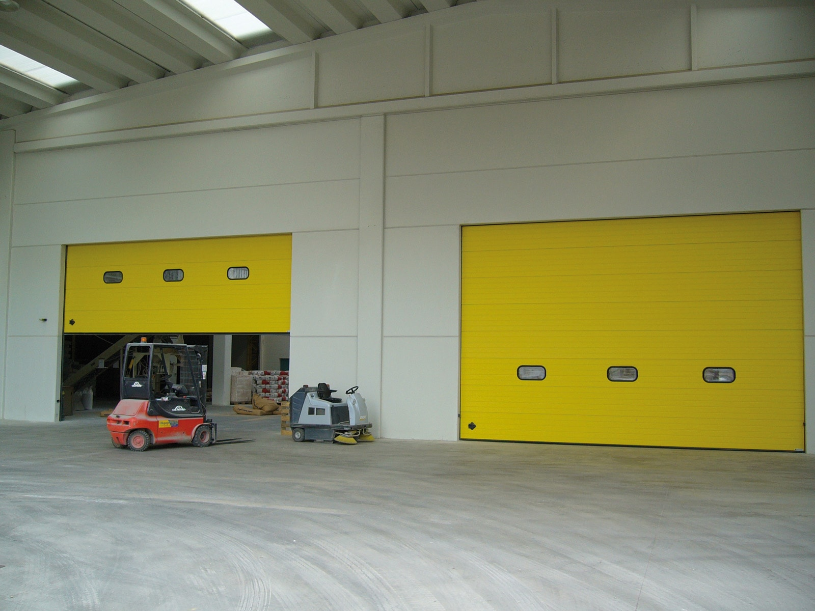 Portone sezionale industriale DOCK - Stucco giallo RAL