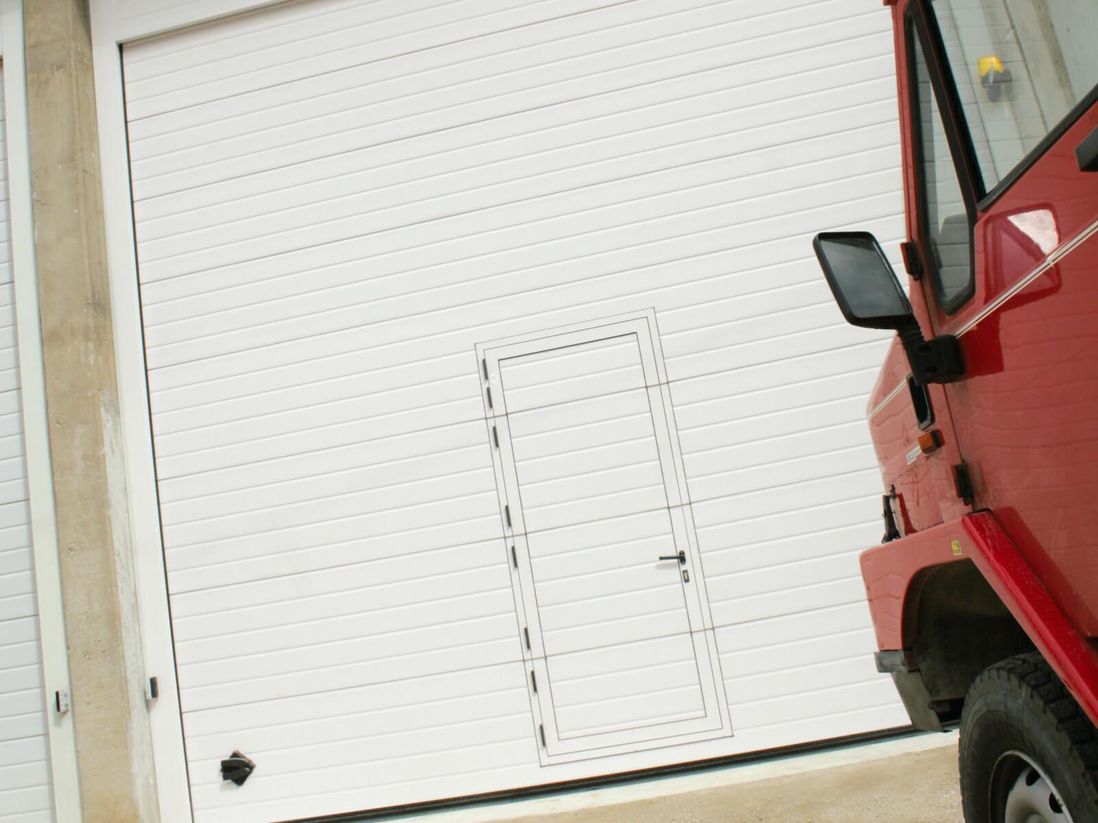 Portone sezionale industriale SECURA - Stucco bianco C21 porta pedonale