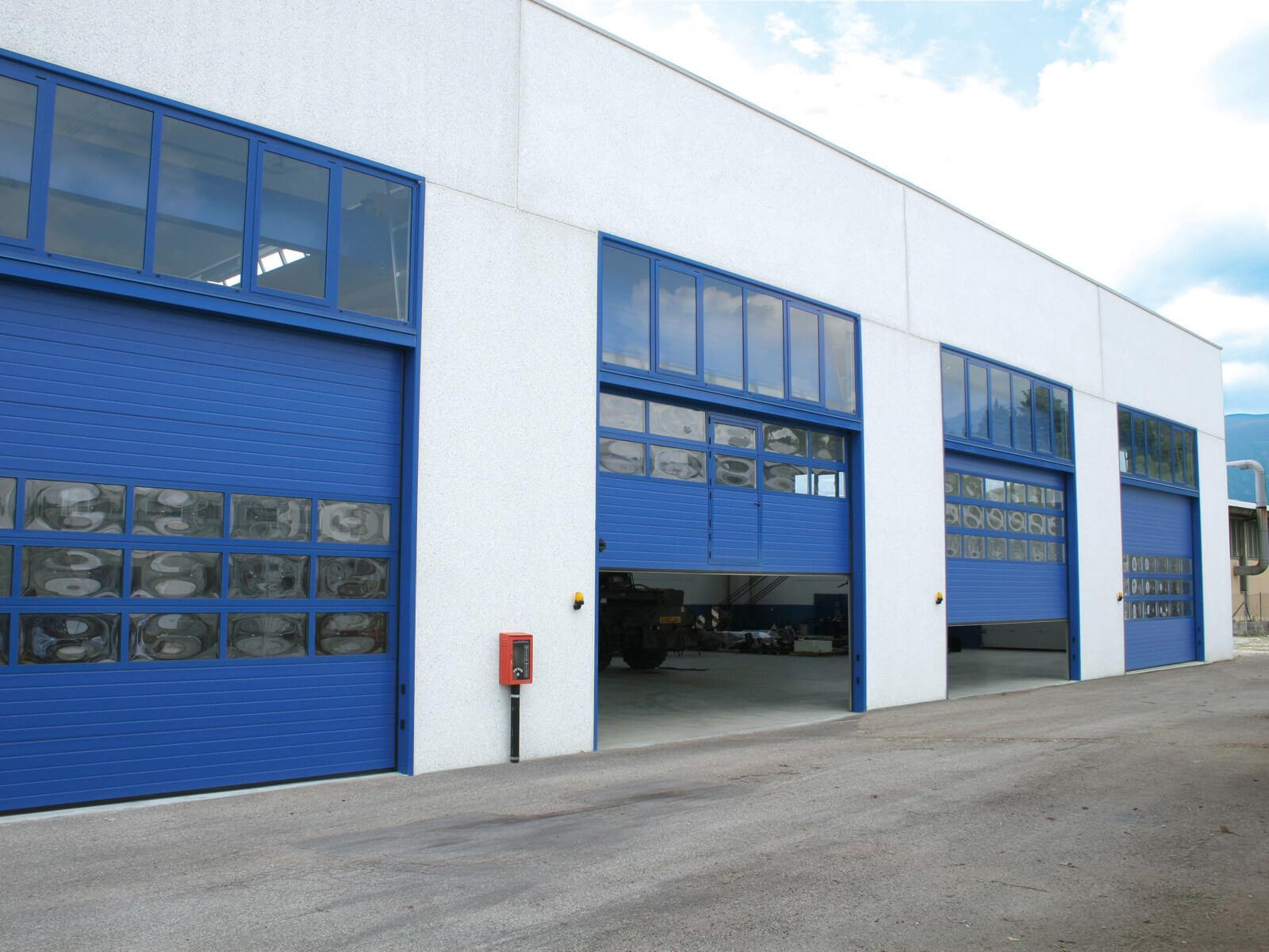 Portone sezionale industriale SECURA - Stucco blu RAL 5010 Visa