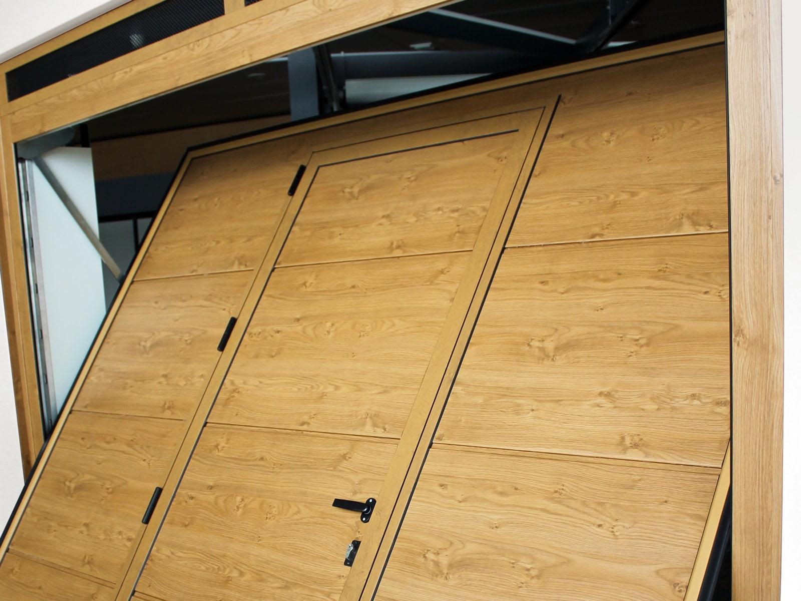 Portone basculante da garage SWING - Simil legno porta pedonale