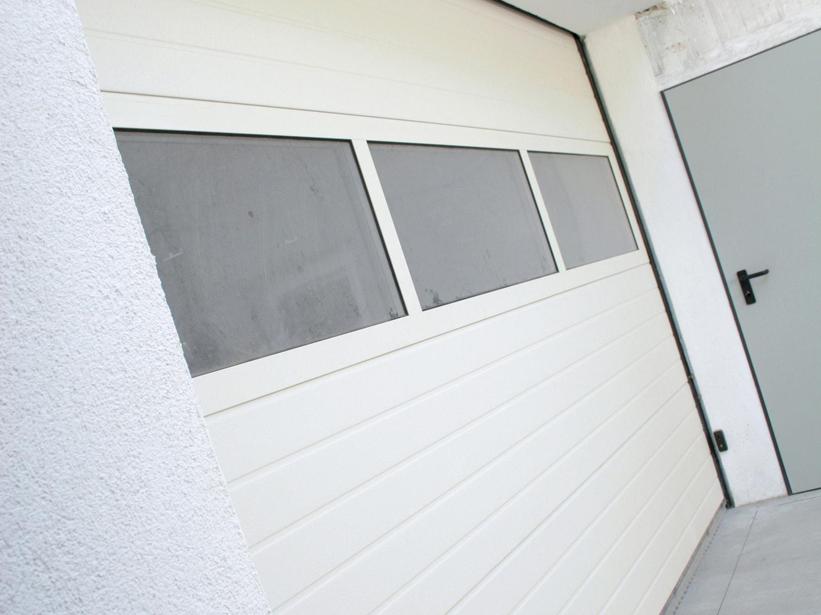 Portone sezionale da garage ARES - Stucco bianco C21 Visa