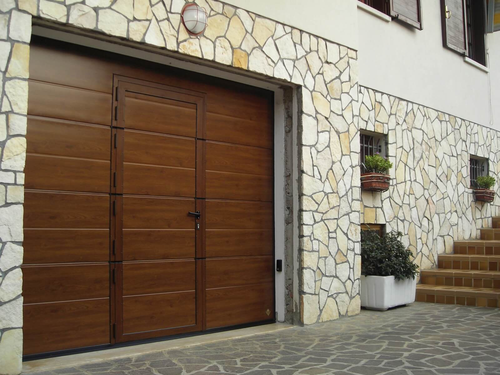 Portone sezionale da garage CUPIS - Simil legno noce porta pedonale ribassata