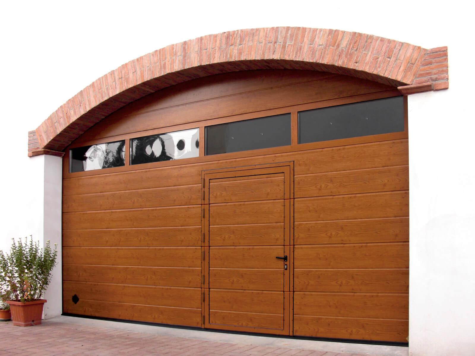 Portone sezionale da garage CUPIS - Simil legno quercia porta pedonale ribassata