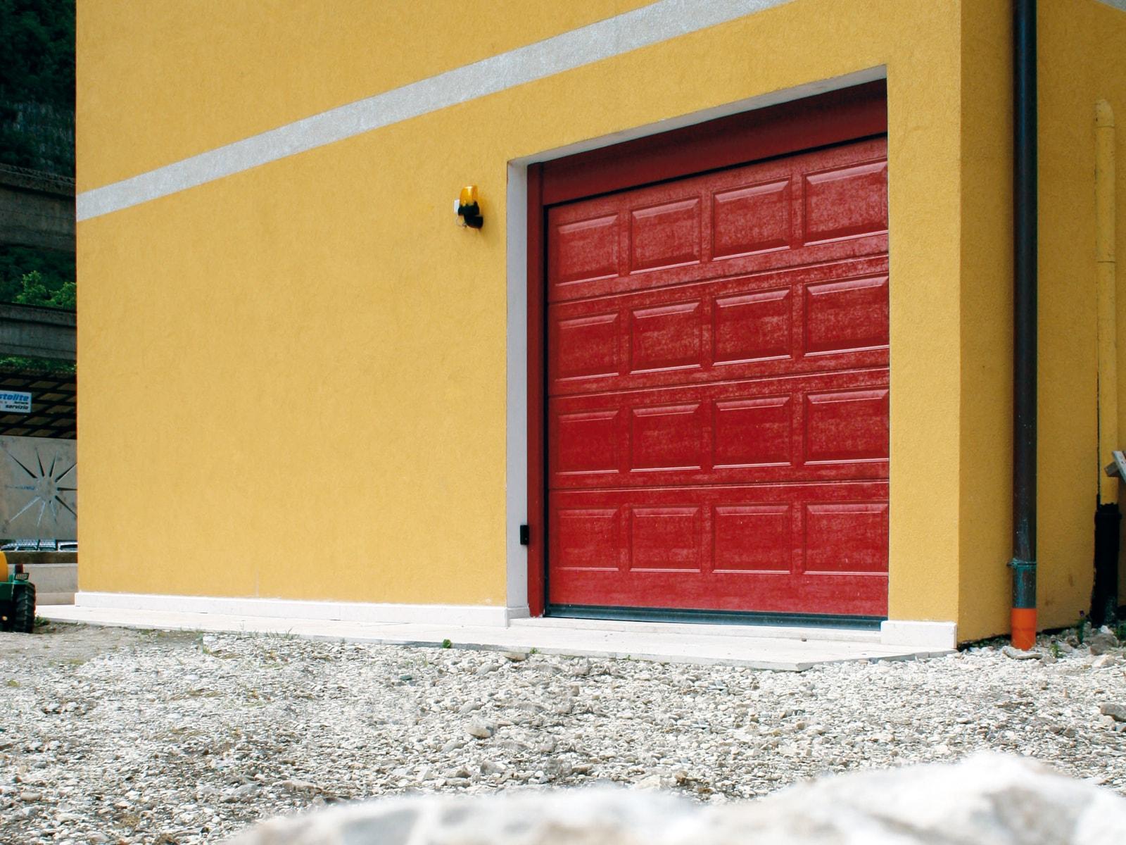 Portone sezionale da garage IRIS - Woodgrain rosso RAL 3000