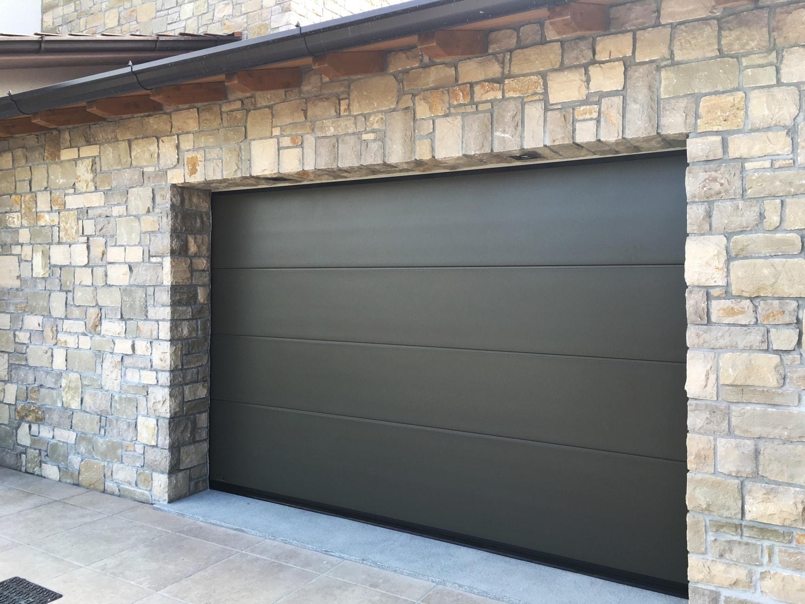 Portone sezionale da garage PERSUS - Liscio grigio RAL 7013