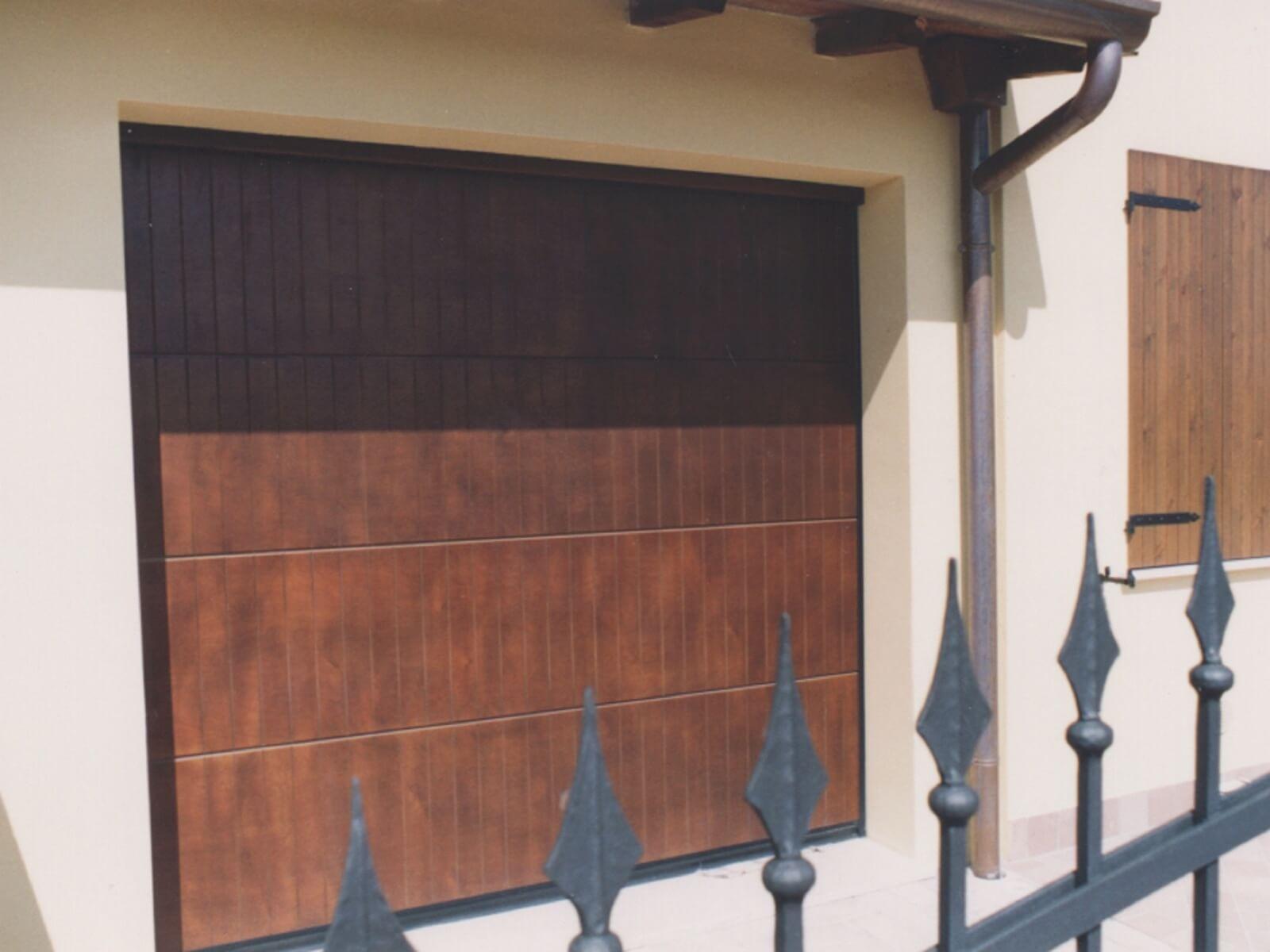 Portone sezionale in legno POLIS