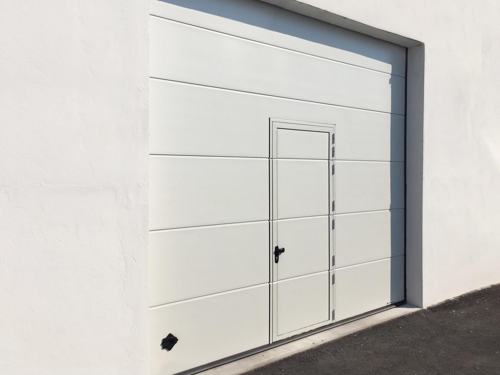 Portone sezionale industriale DOCK - Multi Rib Bianco C21 porta pedonale