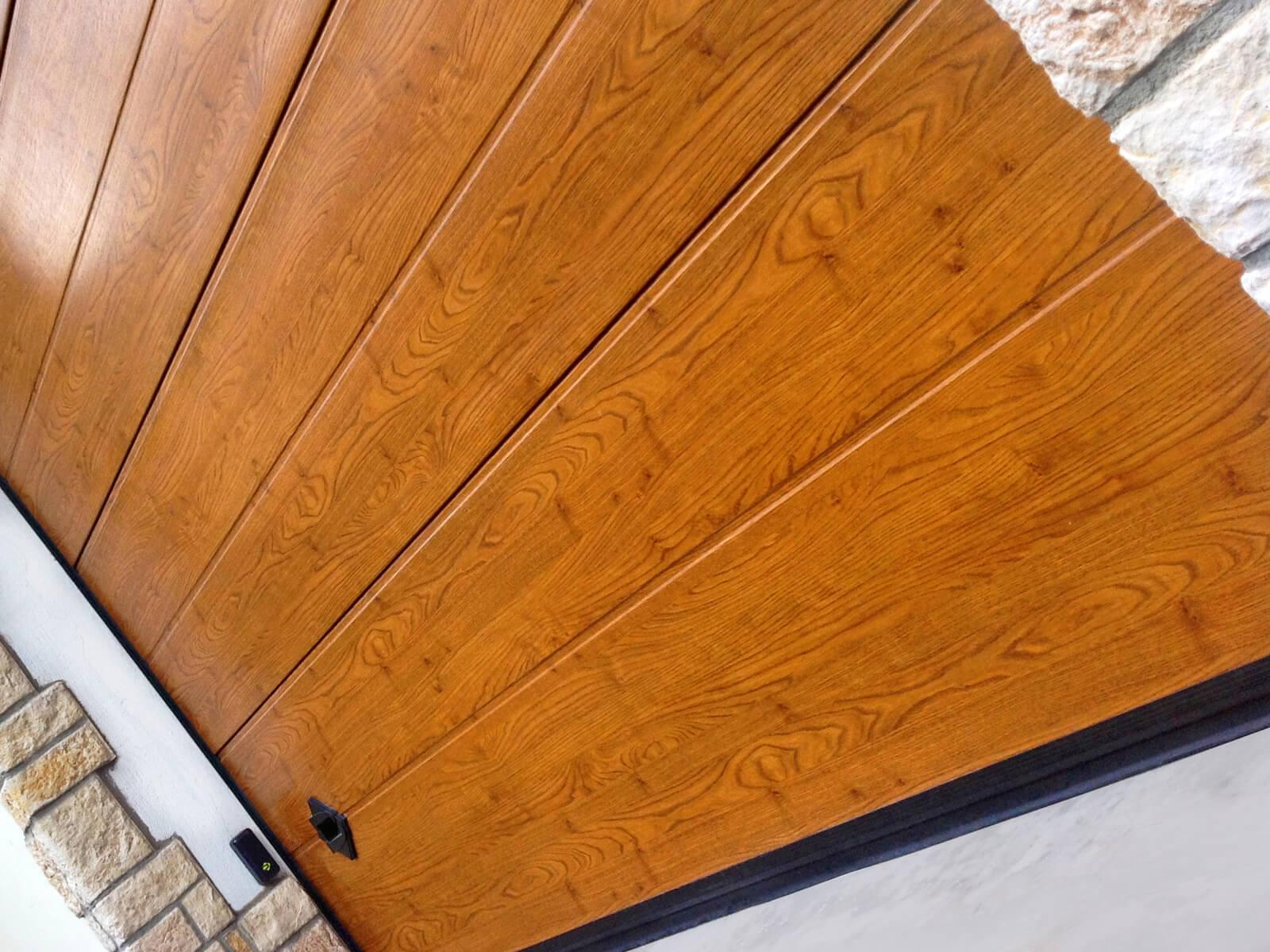 Portone sezionale da garage CUPIS - Simil legno quercia dorata