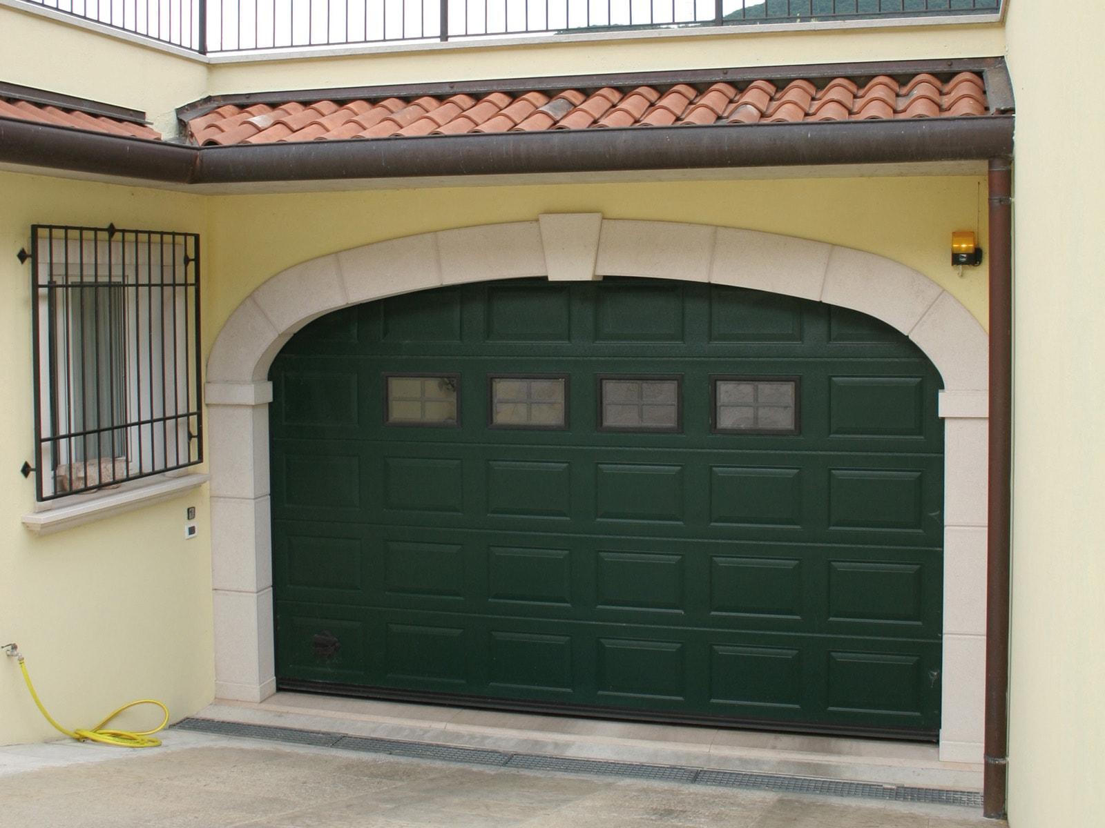 Portone sezionale da garage IRIS - Woodgrain verde RAL 6005