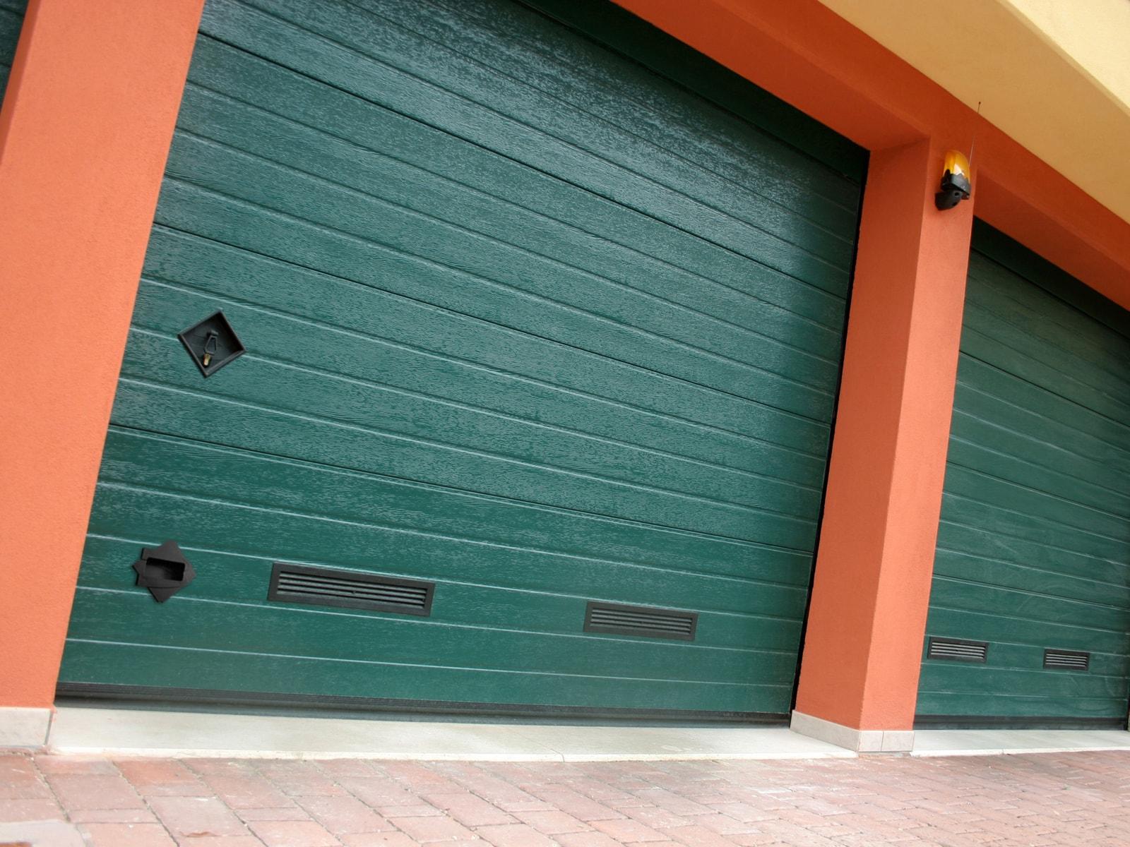 Portone sezionale da garage SIRIO - Woodgrain verde RAL 6005